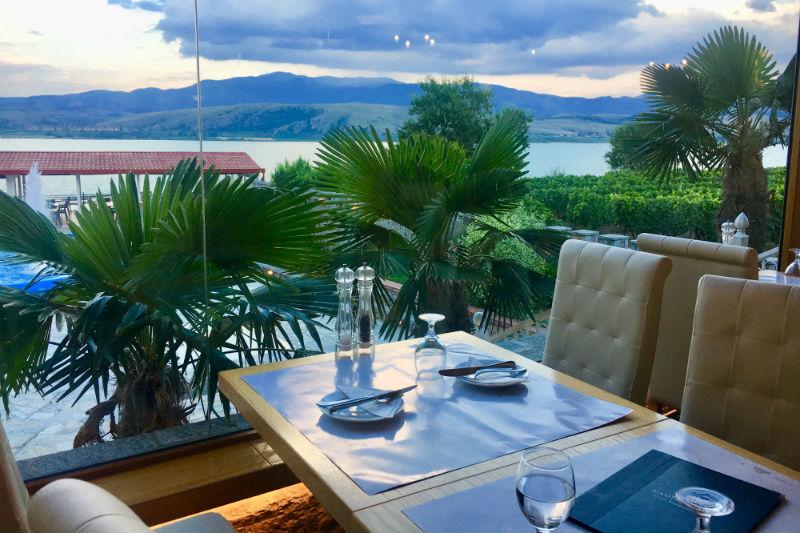 Ναουμίδης: τα μυστικά της λίμνης στο πιάτο - Χρυσοί Σκούφοι