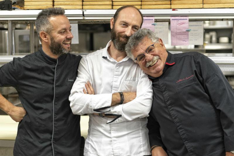 «Βαρούλκο»: το εμβληματικό θαλασσινό εστιατόριο του Λευτέρη Λαζάρου δημιουργεί τάσεις - Χρυσοί Σκούφοι