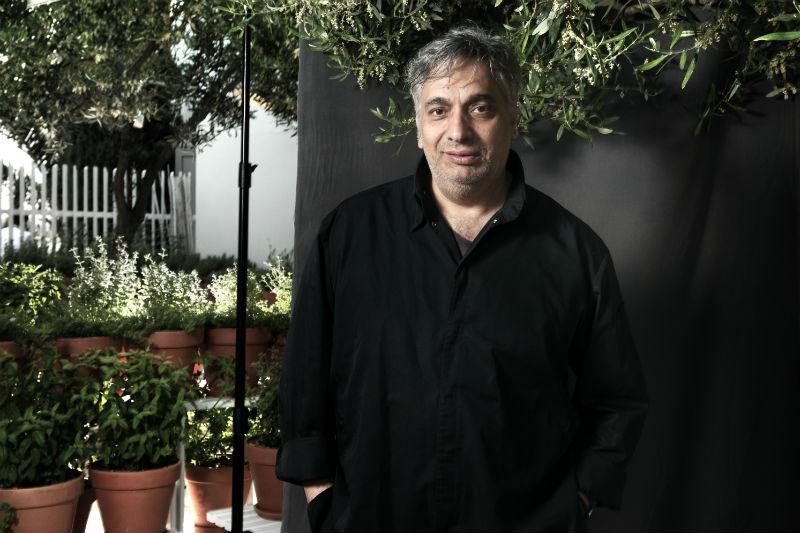 Ο Χρύσανθος Καραμολέγκος κεντάει από τη Χαλκιδική («Ντομάτα») ως τη Μεσσηνία («Kooc - Taverna»).