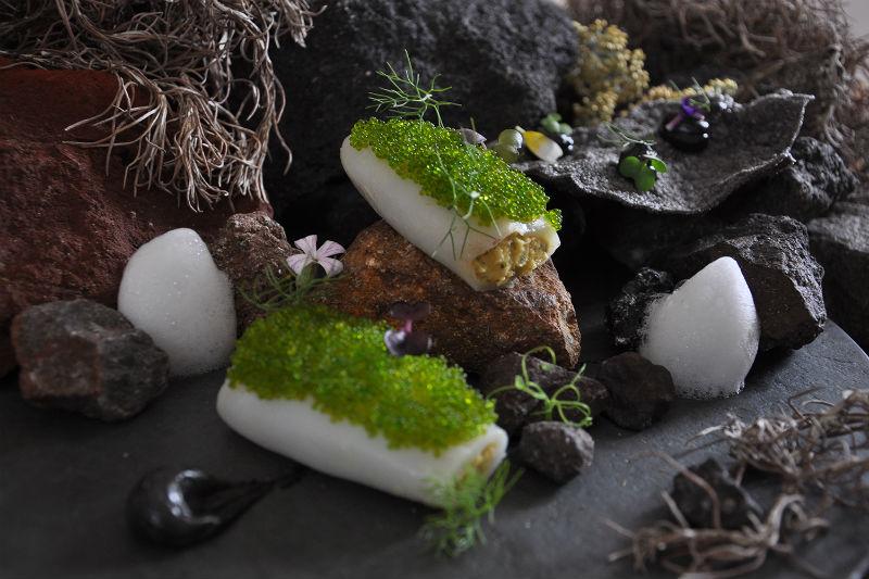 Ο Πάνος Τσίκας αναπτύσσει τη φινέτσα της κουζίνας του στη σαντορινιά «Σελήνη».