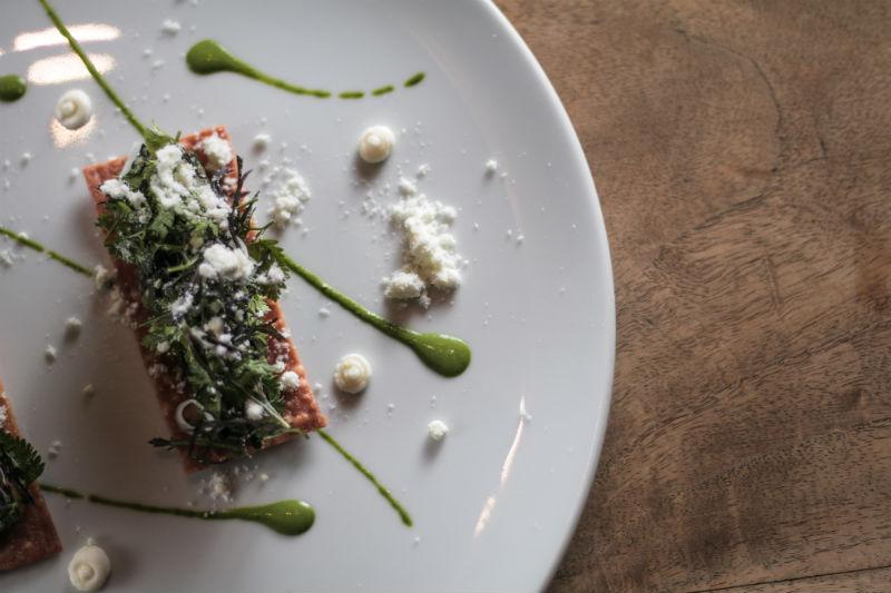 Αποδομημένη σπανακόπιτα από τον Γκίκα Ξενάκη στο vegetarian μενού του «Aleria».