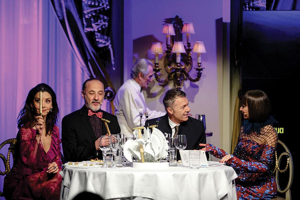Οι παρουσιαστές της βραδιάς και πρωταγωνιστές της επιτυχημένης παράστασης «Το Δείπνο», Κατερίνα Λέχου, Στέλιος Μάινας, Γιώργος Κοτανίδης, Λάζαρος Γεωργακόπουλος και Κατερίνα Μισιχρόνη, μας έδωσαν τις απαραίτητες... οδηγίες χρήσης για το μενού του dîner de gala.