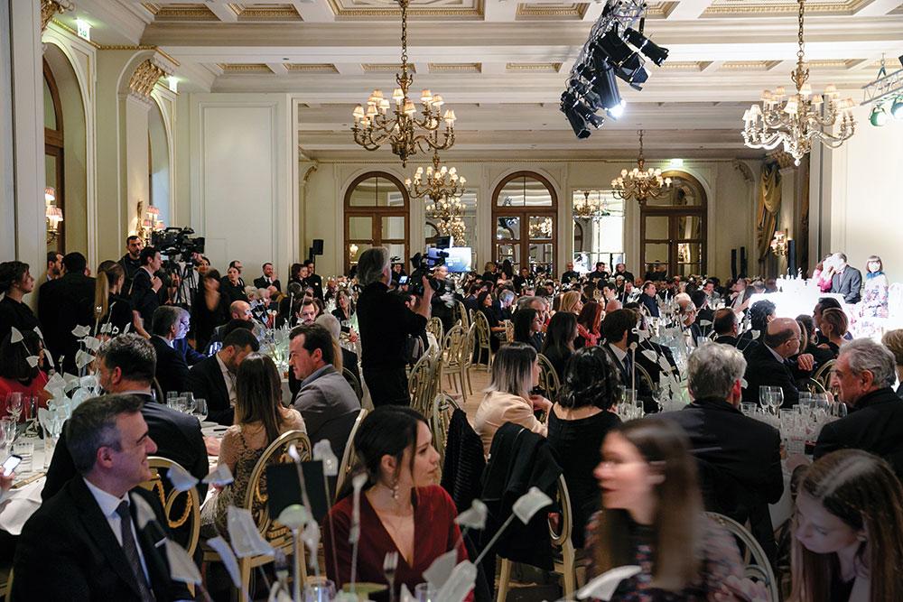 Κατάμεστη η αίθουσα της «Μεγάλης Βρεταννίας»με εκλεκτούς καλεσμένους από την πολιτική, πολιτιστική, γαστρονομική κι επιχειρηματική ζωή της χώρας, που εξασφάλισαν τις 300 πιο-περιζήτητες-από-ποτέ θέσεις στα τραπέζια της βραδιάς