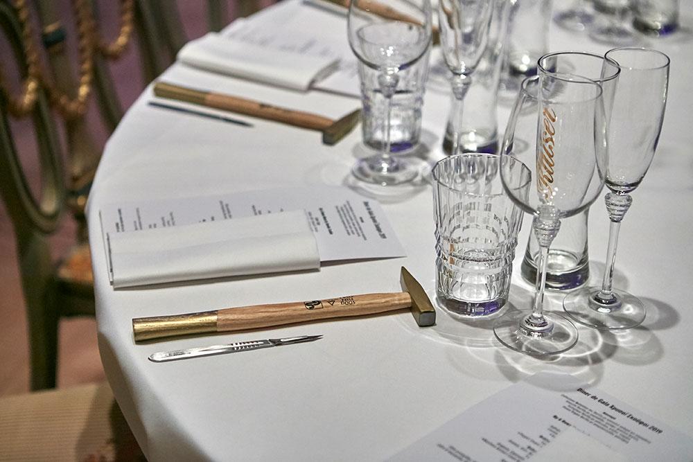 Οι εκπλήξεις άρχισαν από την art de la table, με το σφυρί και το νυστέρι να μας περιμένουν στη θέση των μαχαιροπίρουνων.