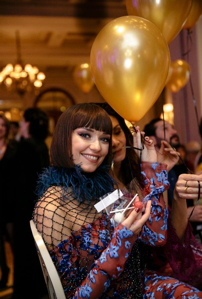 Η Κατερίνα Μισιχρόνη απολαμβάνει τις mignardises-έκπληξη με κορυφαία παγωτά Mövenpick, που κρέμονταν από ένα μπαλόνι – και δεν ήταν η μόνη!