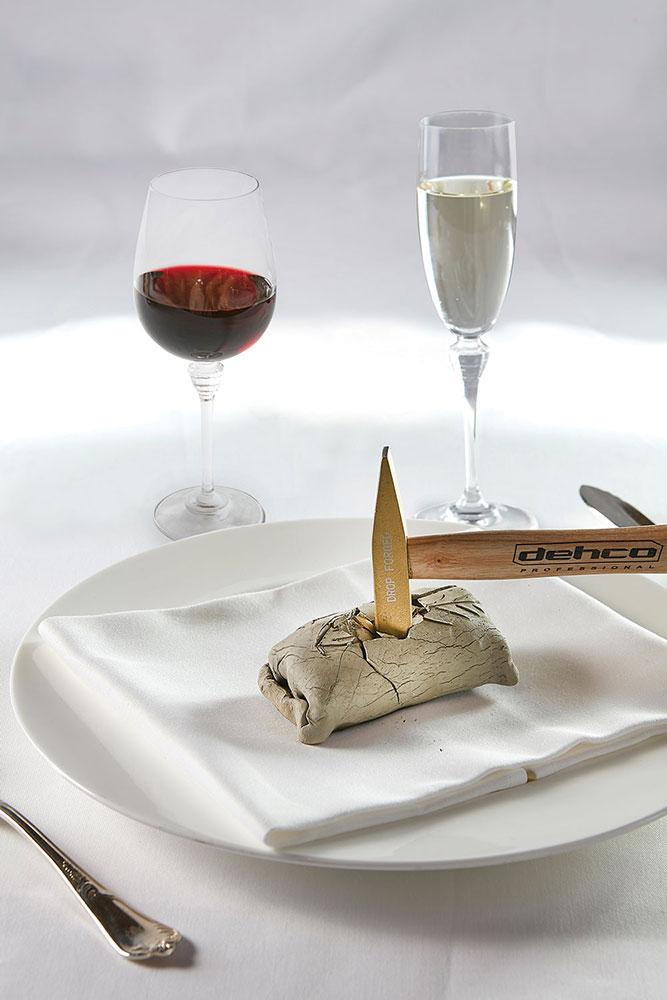 Σπας το θαλασσινό απολίθωμα με σφυρί, αποκαλύπτεται ο νόστιμος θαλασσινός θησαυρός και τον συνοδεύεις με αφρώδη Montenisa Marchese Antinori Cuvée Royale Brut. Άλλο ένα κρασί-αστέρι, το εμβληματικό Pèppoli Chianti Classico 2015 - Marchesi Antinori, συνόδευσε το φιλέτο Fassona.