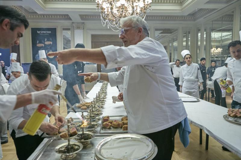 Πυρετός στην κουζίνα. Ο μαέστρος Davide Scabin ενορχηστρώνει την μπριγάδα, που ετοιμάζει το φιλέτο Fassona.