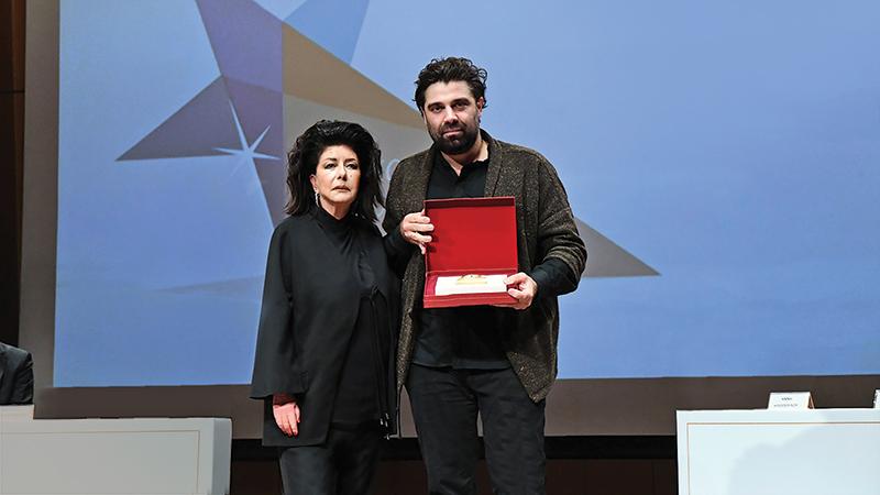 O Konstantin Filippou παραλαμβάνει το Βραβείο «Αργώ» στην κατηγορία Γαστρονομία από την ιδιοκτήτρια του «α» Άννη Ηλιοπούλου