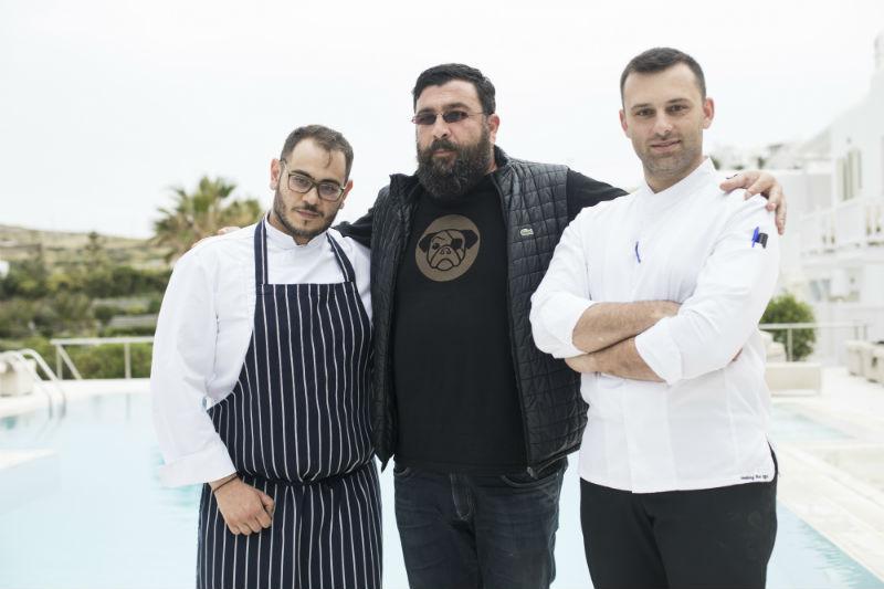O Γιώργος Βενιέρης (στο κέντρο), ο οποίος επιμελείται το μενού του «La Veranda», με τον chef de cuisine Χρήστο Γλωσσίδη και τον chef patissier Κωνσταντίνο Συμεωνίδη