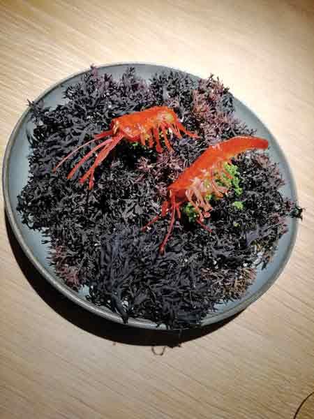 Απίθανες μικρούλικες γαρίδες στο «Noma 2», με σχεδόν καραμελωμένη φυσική γλύκα, που πάνω τους σερφάρει μια συναρπαστική φρεσκάδα μυρωδικών.