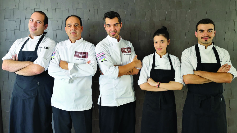O executive chef Γιώργος Τρουμούχης με τον σεφ Σταμάτη Μισομικέ και την ομάδα τους στο «Noble Gourmet» στο «Elysium Resort & Spa»