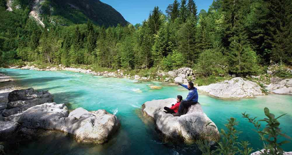 Τα γαλαζοπράσινα νερά του ποταμού Socča ανάμεσα στα βουνά.