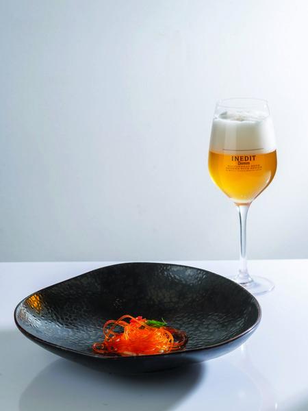 «Εικονικό σπαγγέτι» από μαριναρισμένο κρόκο αβγού, κρέμα σκόρδου, έξτρα παρθένο ελαιόλαδο και τσίλι σε αρμονία με Inedit Estrella Damm by Ferran Adrià.