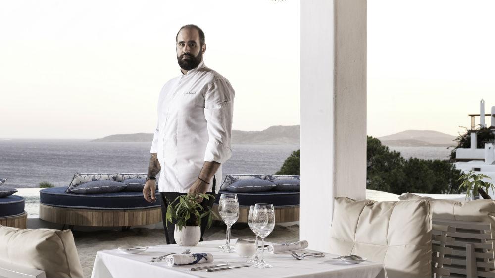 Ο Άγγελος Μπακόπουλος μαγειρεύει ελληνο-μεσογειακά και δημιουργικά στο «Mikrasia» (ξεν. «Katikies Mykonos»).