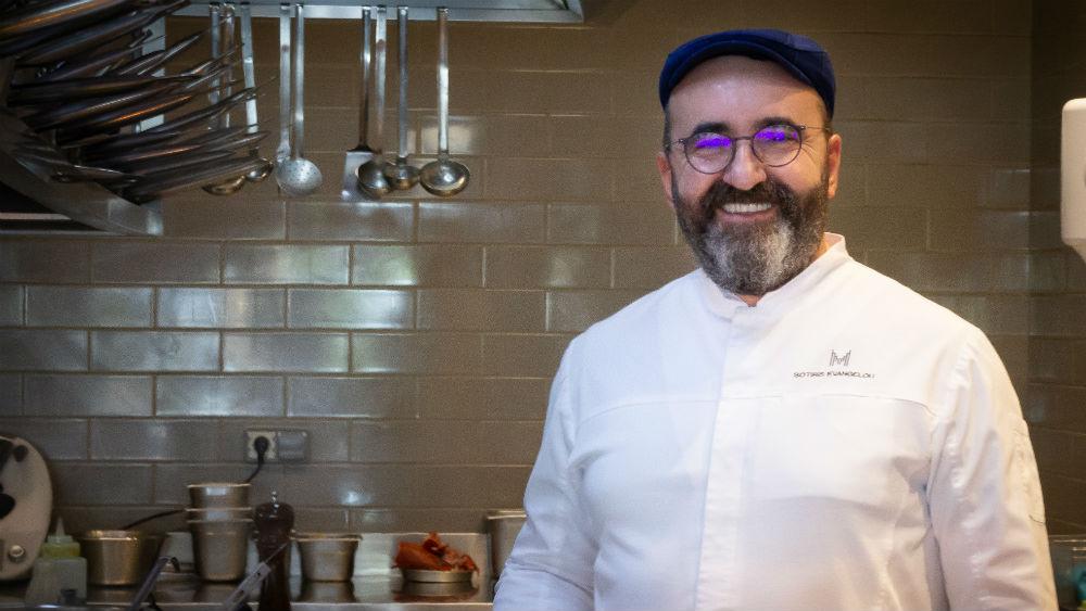 Ο Σωτήρης Ευαγγέλου καλλιεργεί μια σύγχρονη νεοκλασική ελληνική κουζίνα.