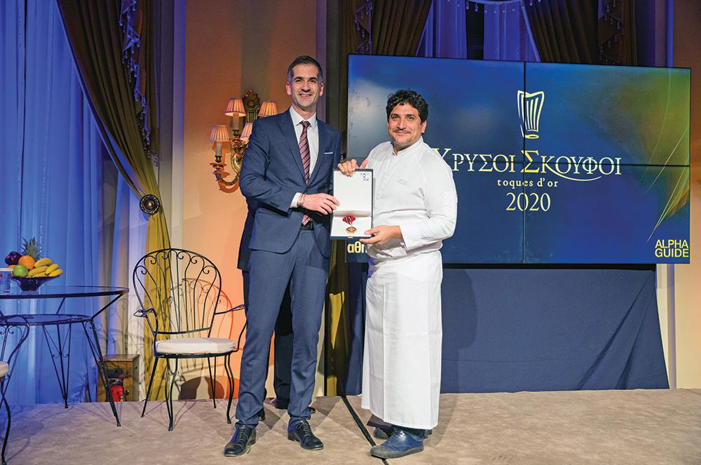 O δήμαρχος Αθηναίων Κώστας Μπακογιάννης τίμησε τον κορυφαίο σεφ Mauro Colagreco με το Μετάλλιο της Πόλεως των Αθηνών.