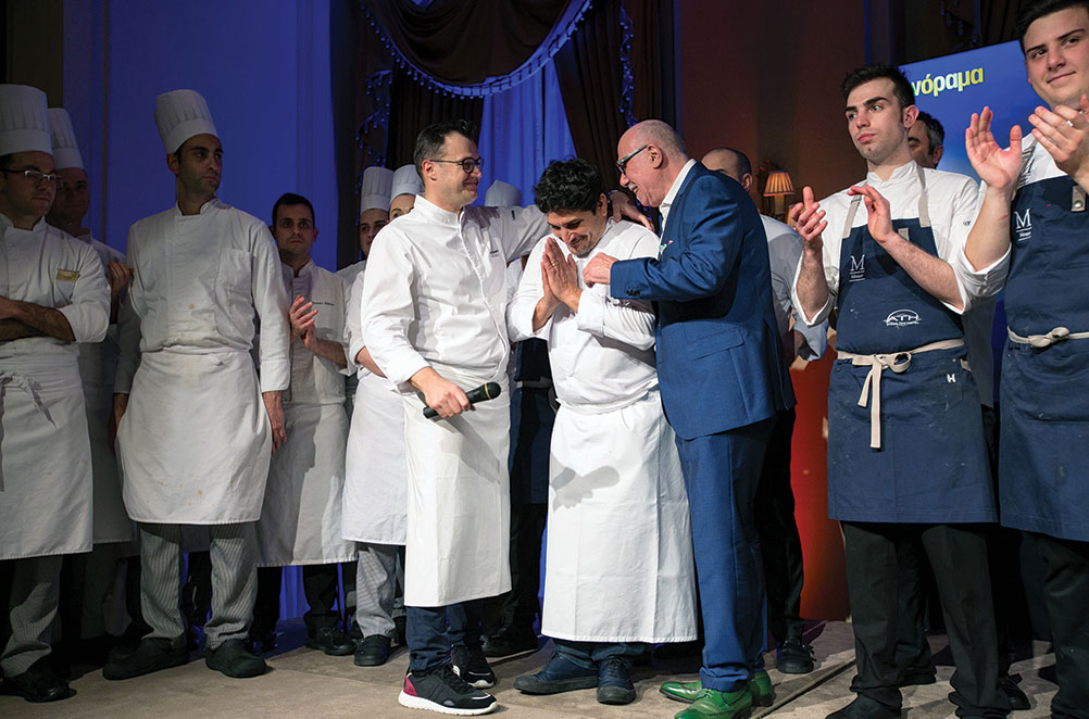 Ιδιαίτερα συγκινημένος ο Mauro Colagreco, ανάμεσα στον executive chef της «Μεγάλης Βρεταννίας» Αστέριο Κουστούδη και τον Δημήτρη Αντωνόπουλο.