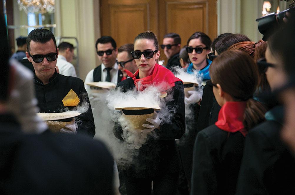 Με φαντεζί φουλάρια και κινηματογραφικά γυαλιά ηλίου, η ομάδα του σέρβις έφερε στην αίθουσα αέρα Κυανής Ακτής.