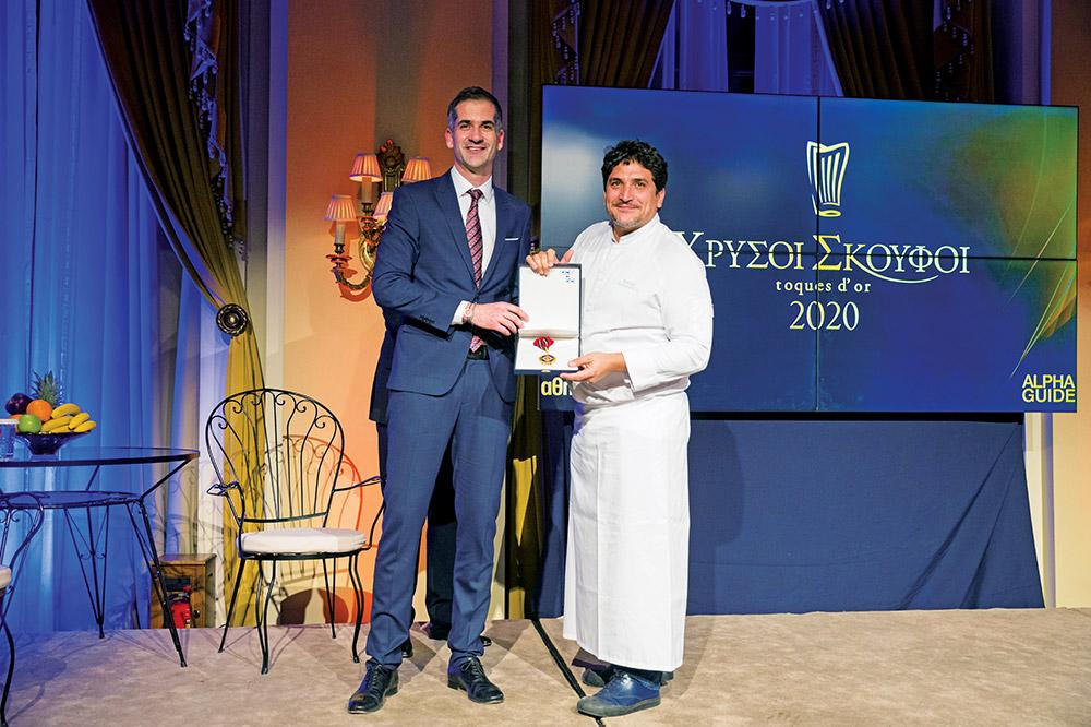 Το Μετάλλιο της Πόλης των Αθηνών πρόσθεσε δίπλα σ' αυτό του Ιππότη του γαλλικού Τάγματος της Τιμής ο Mauro Colagreco, που βραβεύτηκε από τον δήμαρχο Αθηναίων Κώστα Μπακογιάννη. - Χρυσοί Σκούφοι