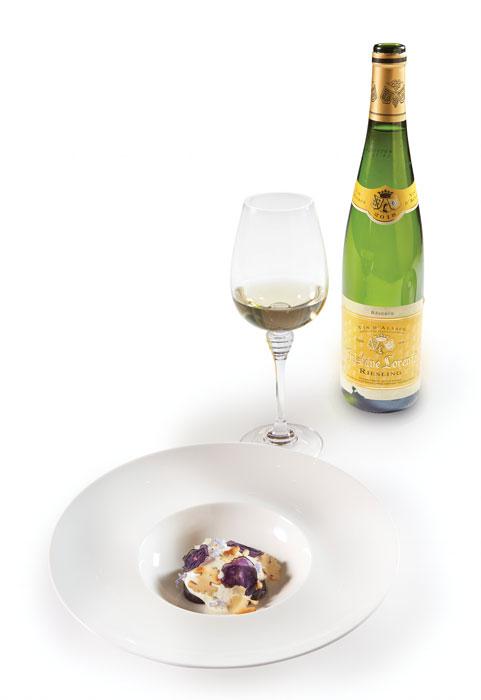 Μοβ πατάτες «vitelotte», γκοργκοντζόλα, φρέσκο καρύδι, ανθάκια δεντρολίβανου και καπνιστό χέλι σε απολαυστική συνύπαρξη με το αρωματικό Riesling Reserve 2017 του Gustave Lorentz.