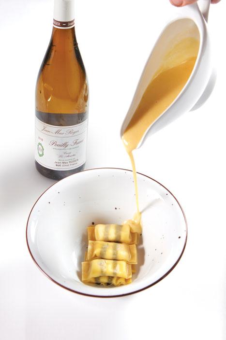 Ραβιόλια με κατσικίσιο τυρί, φύκια nori, σάλτσα αρωματισμένη με ουίσκι. Με την comfort κομψότητά τους ταίριαξε ονειρεμένα το Pouilly-Fumé Chante Alouettes 2017 του Jean-Max Roger.