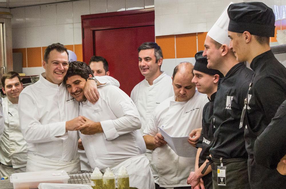 Η μαγειρική δημιουργεί δυνατές φιλίες: ο executive chef της «Μεγάλης Βρεταννίας» Αστέριος Κουστούδης αγκαλιάζει τον Mauro Colagreco στην κουζίνα.