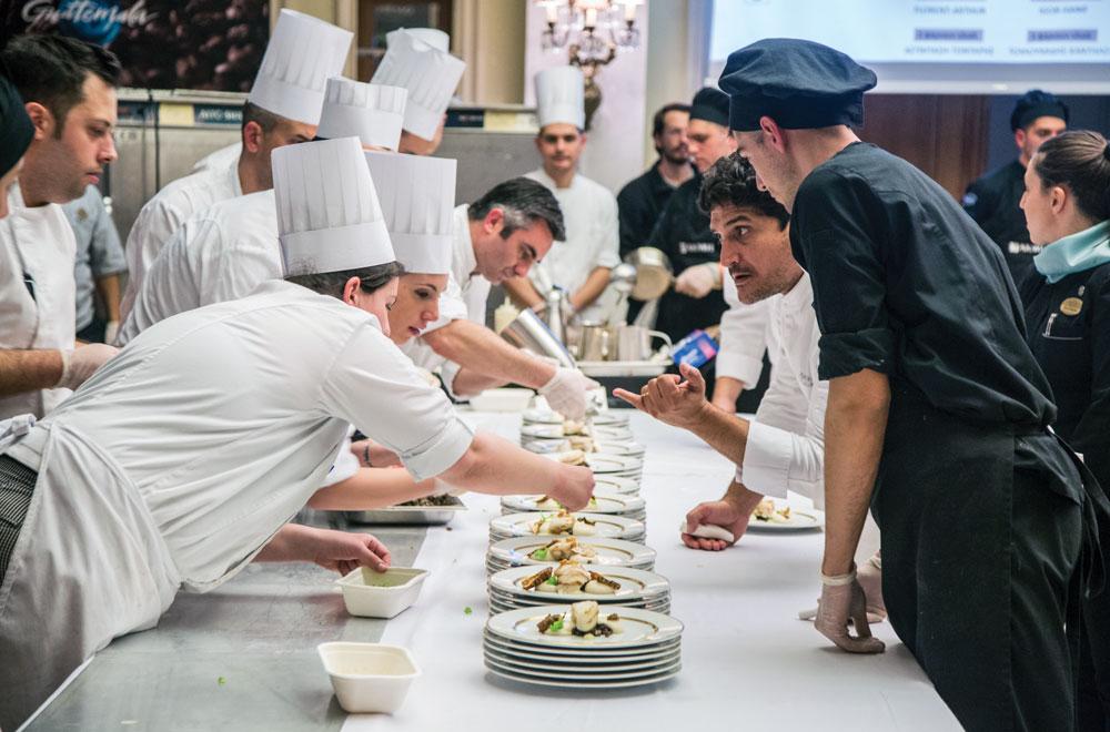 Ο Mauro Colagreco καθοδηγεί προσεκτικά το στήσιμο των πιάτων.