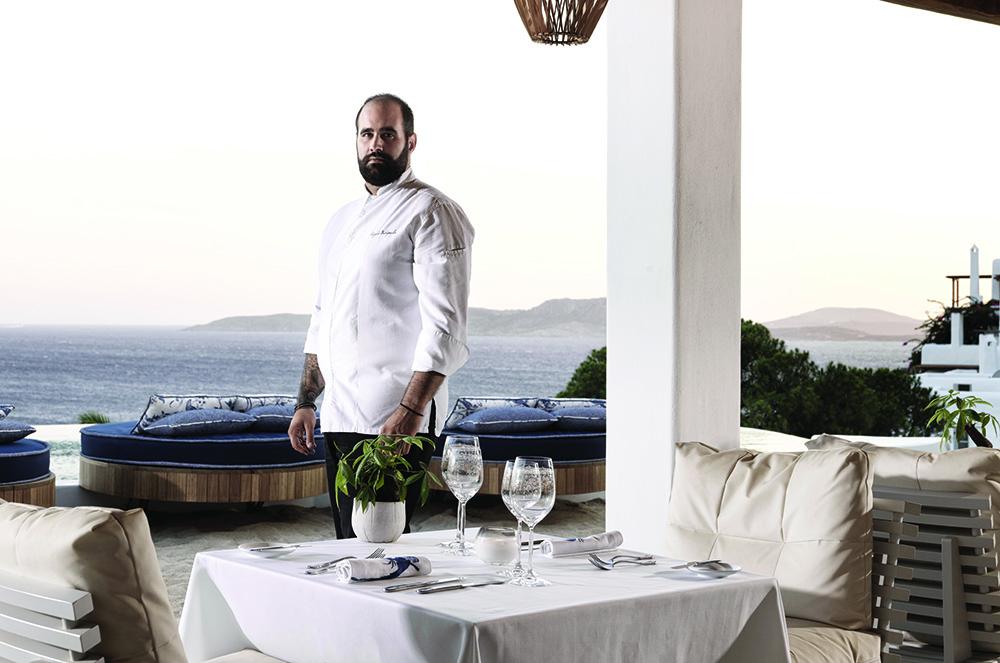 Σταθερό κρατά το υψηλό δημιουργικό του προφίλ ο Άγγελος Μπακόπουλος στο «Mikrasia» της Μυκόνου
