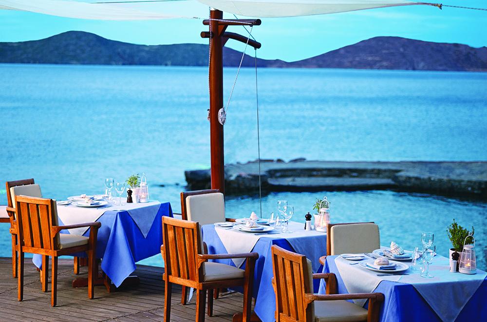 Ο Σταύρος Κοκκινάκης ετοίμασε ένα μενού γεμάτο εκπλήξεις στο «Yacht Club» του «Elounda Mare»