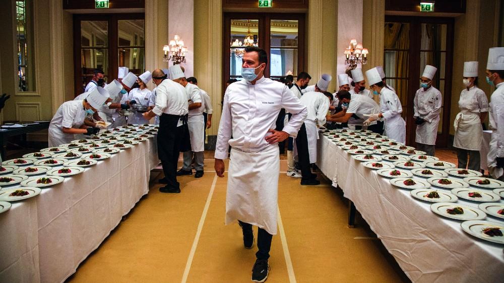 Ο executive chef της «Μεγάλης Βρεταννίας» Αστέριος Κουστούδης επικεφαλής της μπριγάδας του.
