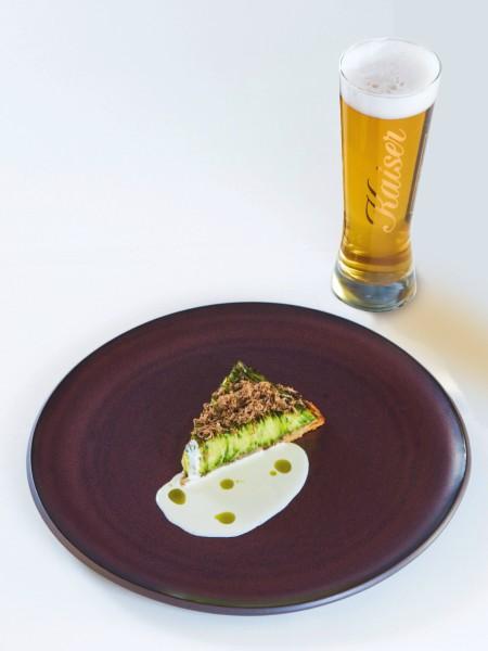 Ερεθιστική τάρτα με λεπτές φέτες κολοκυθιού, ραφιναρισμένη κρέμα από καρίκι Τήνου και ελληνική τρούφα, που ταίριαξαν με την ορεκτική πικράδα της Kaiser Pilsner.
