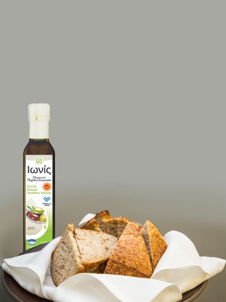 Μυρωδάτο ανάλαφρο ψωμί από αλεύρι παλιών ελληνικών ποικιλιών, παρέα με εξαιρετικό παρθένο ελαιόλαδο ΙΩΝΙΣ ΠΟΠ Σητεία που μοσχοβολούσε φύλλο ελιάς